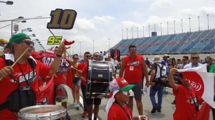 Daniel's amigos armó la fiesta en el Chicagoland Speedway