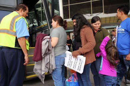 Redadas en autobuses ponen en alerta a la comunidad hispana (2 FOTOS y 1 VIDEO)