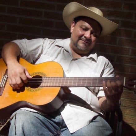 Humberto 'Beto Cacao' Mendoza lucha y canta en pro del indocumentado en Athens