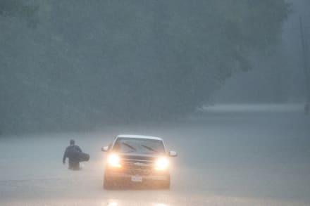 """Rescatan a anciano en inundación en Texas: """"Pensé que iba a morir e iría al cielo"""" (FOTOS+VIDEO)"""