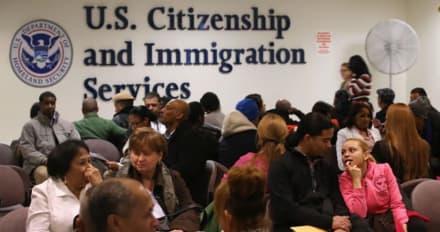 """Trump reimpone norma de """"carga pública"""" para quienes pidan residencia legal"""