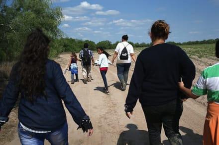 Agentes rescatan a una familia hispana de ahogarse en Río Grande