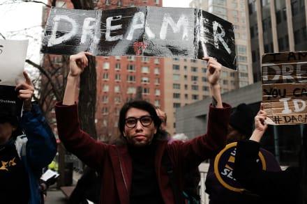 """Proponen ley que permitiría que los """"soñadores"""" obtengan seguro médico"""