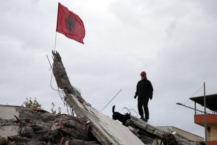 Albania deja de buscar víctimas de sismo que dejó 50 muertos