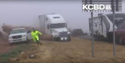 ¡Impactante video! Tráiler se volteó sobre patrulleros en Texas