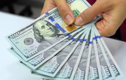 Familia encuentra más de 43,000 dólares escondidos en un sofá usado que compraron