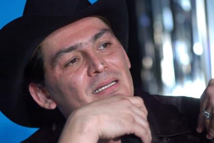 José Manuel Figueroa estalla porque lo 'sorprenden' cantando en la boda de la hija del Chapo y confiesa algo sorprendente (VIDEO)