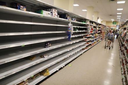 Supermercados restringen horarios a medida que aumentan compras nerviosas por coronavirus