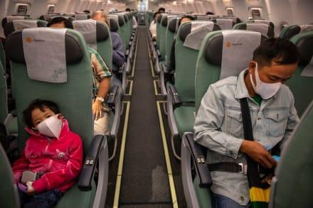 Lanzan el Coronavirus Challenge que consiste en lamer baños de aviones (VIDEO)