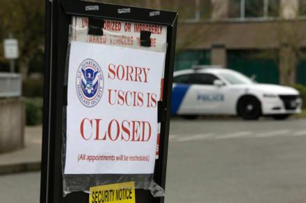 Gobierno de EE. UU. extiende hasta mayo el cierre de las oficinas de Inmigración