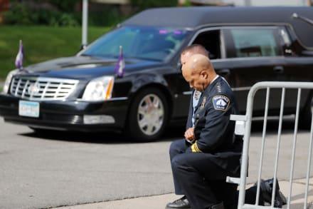 Policías se arrodillan en pleno funeral de George Floyd en Minneapolis (FOTOS)