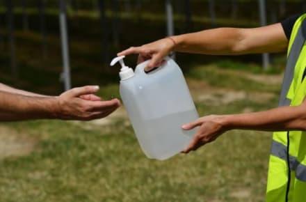 Advierten del peligro de dejar el desinfectante para manos adentro del carro (FOTOS)
