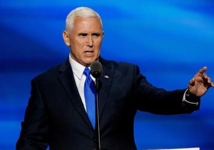Vicepresidente Mike Pence sufre caída mientras abordaba avión de la fuerza aérea