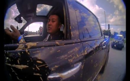 A plena luz del día le 'ponen el dedo' a conductor hispano