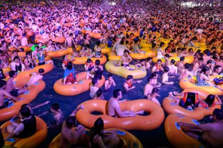 Wuhan organiza fiesta masiva en parque acuático a medida que disminuye coronavirus en la ciudad (FOTOS)