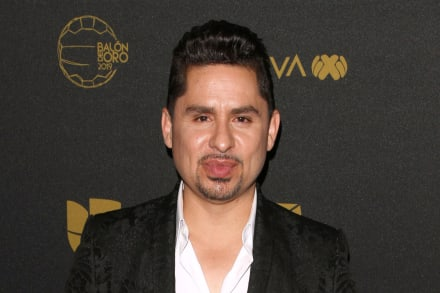 Larry Hernández sufre accidente con cervezas por avorazado (VIDEO)