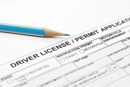 Arizona: Gobernador firma orden ejecutiva que extiende vigencia de licencias de conducir