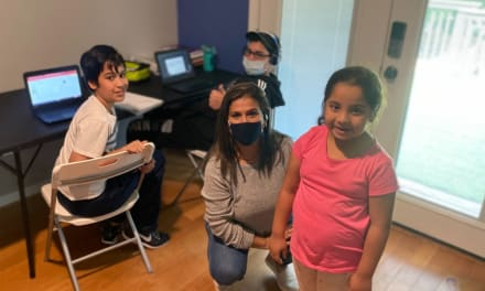 Pareja hispana ofrece información y asistencia digital a niños especiales