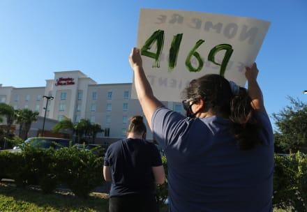 Jueza ordena no detener más a niños inmigrantes en hoteles de EE.UU.