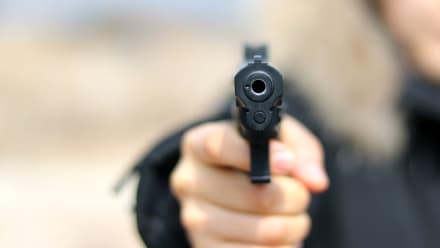 ¡A punta de pistola! Mujer de Oregon detiene a un presunto pirómano