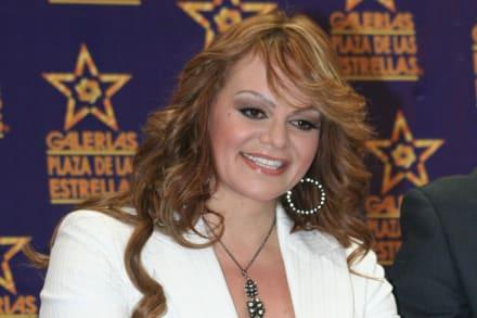 Mayeli Alonso le copia a su excuñada Jenni Rivera al aparecer con saco y brasier (FOTOS)