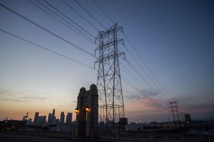Miles de personas en California se quedan sin electricidad por fuertes vientos
