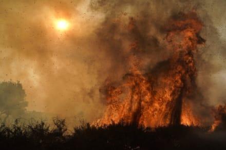 California: Incendios dejan bomberos heridos y obligan a evacuar a más de 100,000 mil personas