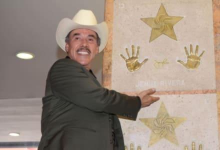 Don Pedro Rivera, papá de Jenni Rivera, presume a su hijo más chico y le recuerdan que por él perdió a Doña Rosa