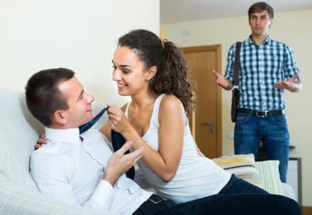 Hombre expone a su esposa tras serle infiel en plena fiesta familiar (VIDEO)