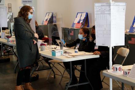 Caso de COVID-19 en centro electoral de Nueva York pone en riesgo a 1600 personas
