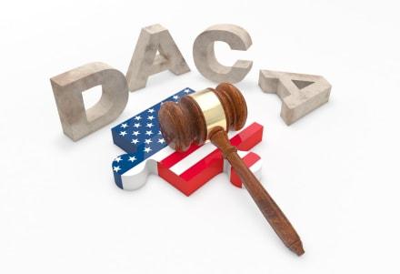 Juez da tiempo a beneficiarios de DACA y a Gobierno para presentar argumentos