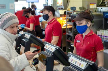 Curioso: Cosas asquerosas que la gente dice haber encontrado en McDonald's (VIDEO y FOTOS)