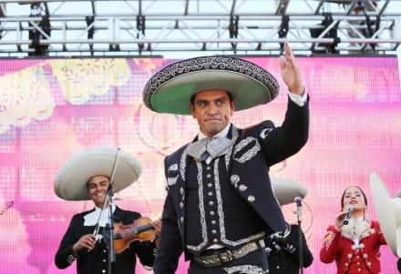 El actor Jorge Salinas aparece desde la calle con dificultad para caminar apoyado en un bastón