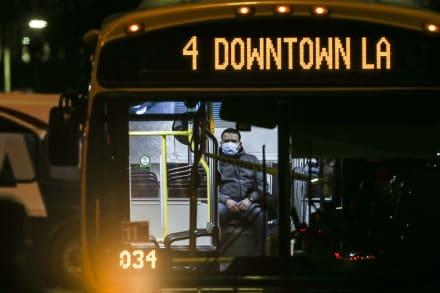 Californianos enfrentan desde hoy toque de queda para enfrentar el coronavirus