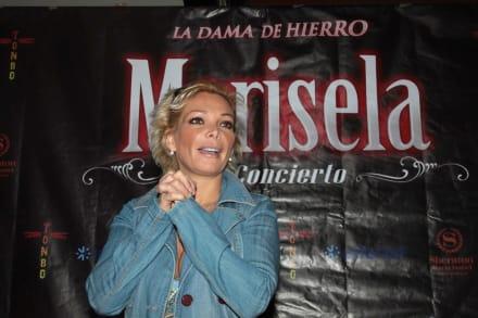 Hija de Marisela, Marilyn Odessa, aparece en fotografías con entallado vestido negro abierto de la parte frontal