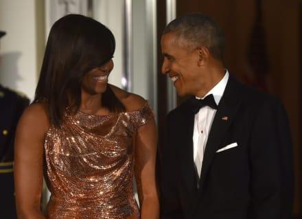 Libro de Barack Obama supera en ventas al de su esposa Michelle Obama y ella envía mensaje al exmandatario de EEUU
