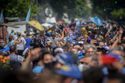 Suspenden funeral de Maradona por disturbios y violencia por parte de sus fanáticos; se reportan varios heridos