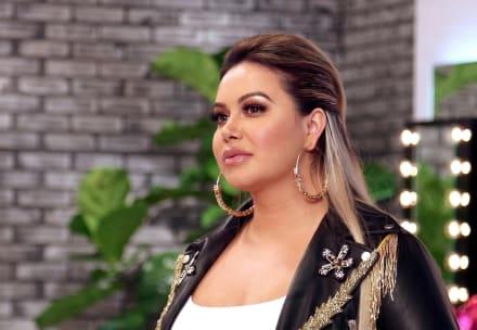 Con mini vestido de diamantes y un abrigo de peluche, Chiquis Rivera aparece en video junto a sus amigas, pero los usuarios se burlan de ellas