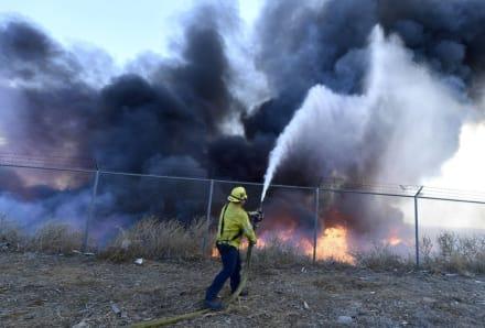 Un incendio al sur de Los Ángeles obliga a evacuar unas 25,000 personas