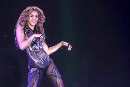 Shakira enseña sus piernas en un nuevo video junto a Black Eyed Peas