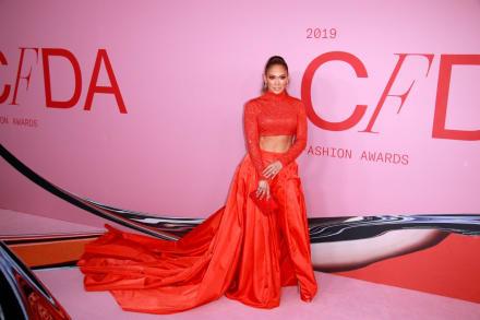 Jennifer López aparece en fotografía presumiendo sus tonificadas curvas sin nada encima