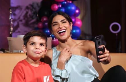 Matteo, hijo de Alejandra Espinoza, debuta como cantante en el Teletón USA a lado de su madre