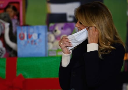 Melania Trump se quita la mascarilla rompiendo las reglas del Hospital Infantil que visitó