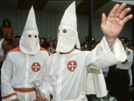 Policía hispana despedida alega que no pertenece al Ku Klux Klan