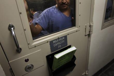 Hombre muere por aparente suicidio en centro de detención familiar de ICE
