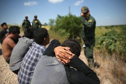 Texas: Detienen a 90 indocumentados ocultos en camión de remolque