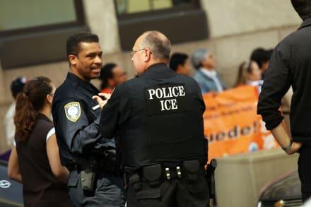 Nueva York: Dan luz verde a demanda contra arrestos de ICE en cortes