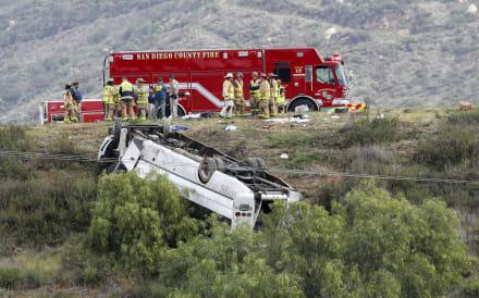 Autobús vuelca en California; hay 3 muertos y 18 heridos (FOTOS)