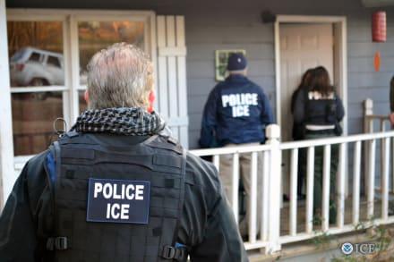Agentes de ICE acorralan al hispano Octavio Martínez en Santa Ana (VIDEO)
