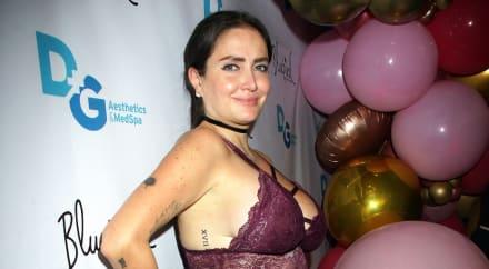Celia Lora presume sus pechos en traje de baño junto a otra mujer (FOTO)